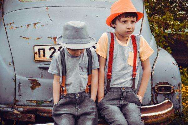 bästa familjebilen 2019 med två pojkar framför gammal skrotbil