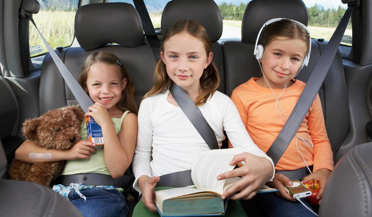 bilsemester barn i baksäte_5